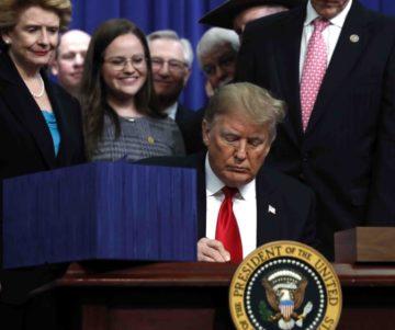 trump firma ley peleas de gallos 360x301 - Donald Trump firma medida que prohíbe las peleas de gallos en Puerto Rico