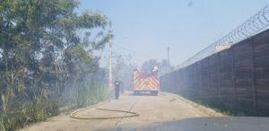 20190514 141656 300x146 - Bomberos tratan de apagar fuego en Toa Alta