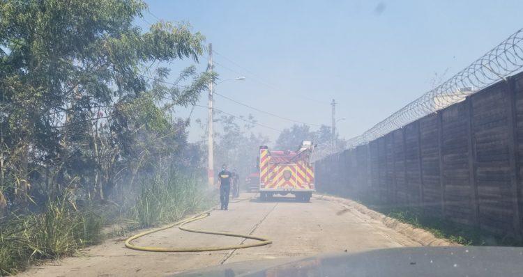 20190514 141656 750x398 - Bomberos tratan de apagar fuego en Toa Alta