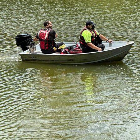 FB IMG 1619977704905 450x450 - Tratan de rescatar personas que se estrellaron en una avioneta en Toa Alta