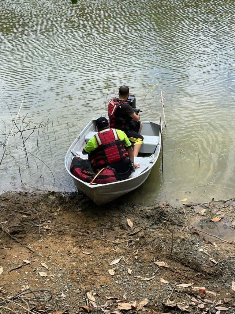 FB IMG 1619977880686 768x1024 - Tratan de rescatar personas que se estrellaron en una avioneta en Toa Alta
